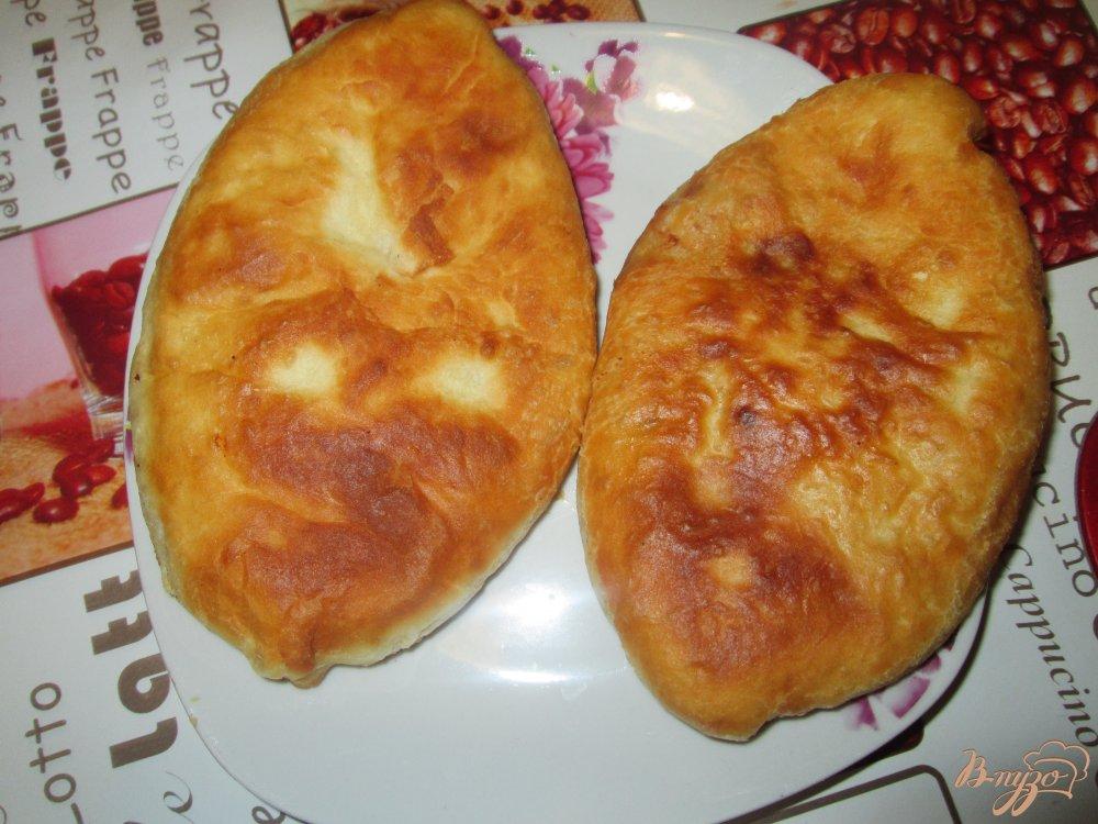 Фото приготовление рецепта: Пирожки с картошкой и фаршем на сковороде шаг №10