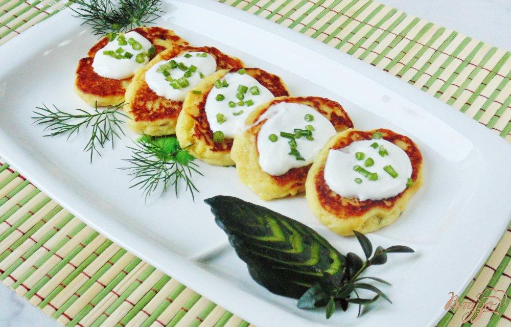 Фото приготовление рецепта: Картофельные оладьи со сметаной. шаг №9