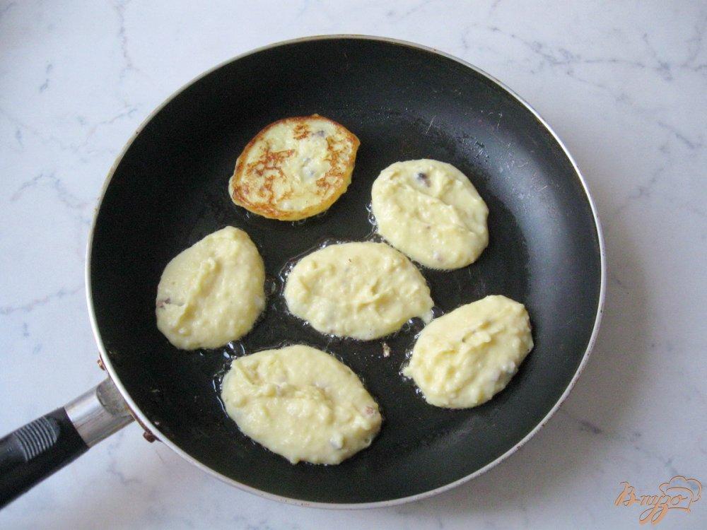 Фото приготовление рецепта: Картофельные оладьи со сметаной. шаг №7