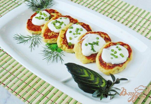 фото рецепта: Картофельные оладьи со сметаной.