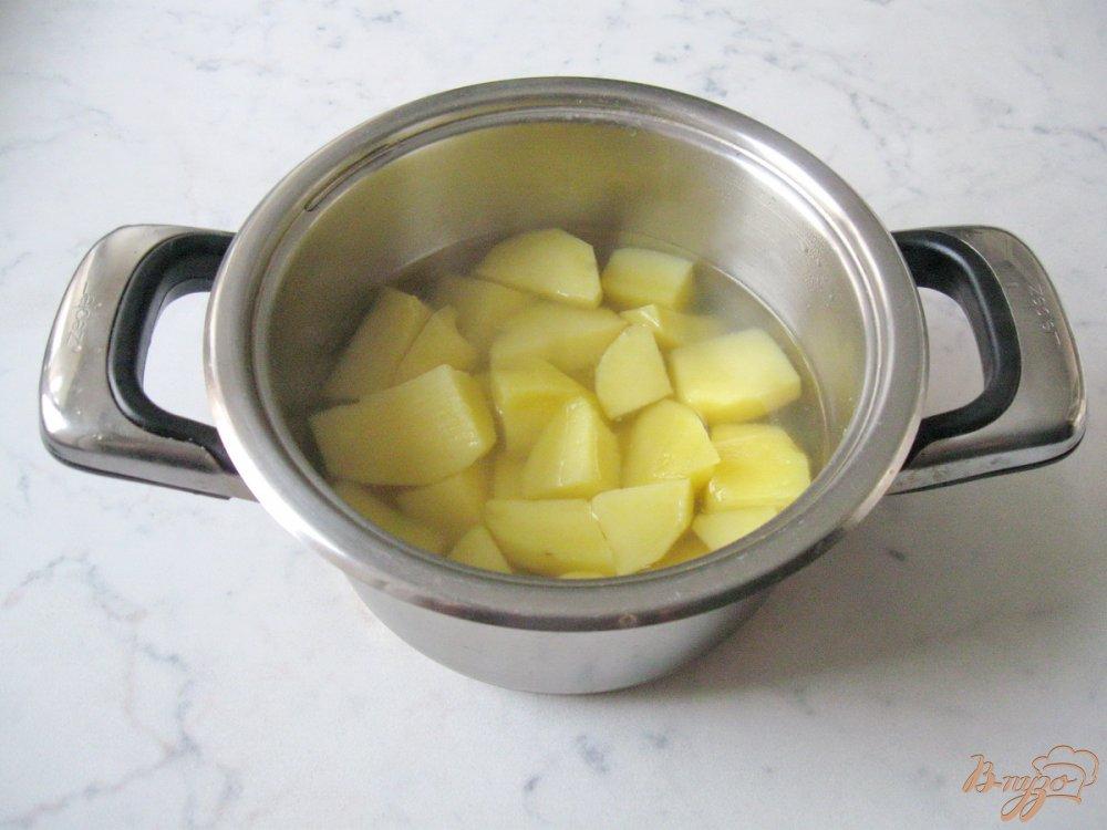 Фото приготовление рецепта: Картофельные оладьи со сметаной. шаг №1