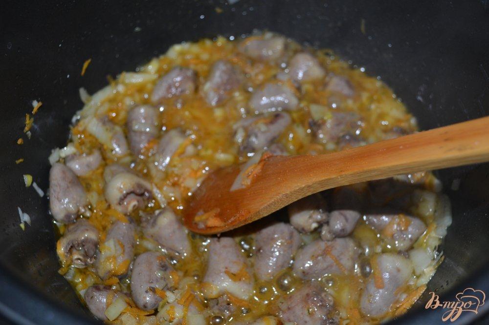 Фото приготовление рецепта: Кукурузная каша с куриными сердцами в мультиварке шаг №6
