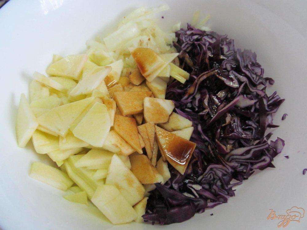 Фото приготовление рецепта: Свинина с яблоком и красной капустой шаг №3