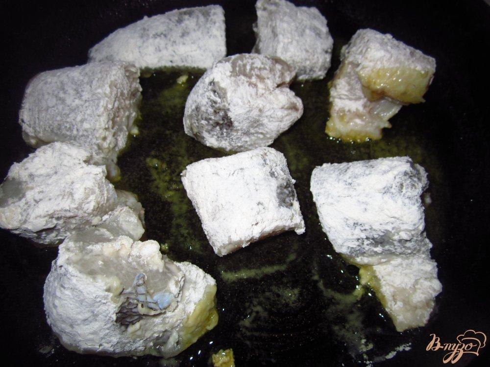 Фото приготовление рецепта: Нототения в тушенная с овощами в соусе шаг №3