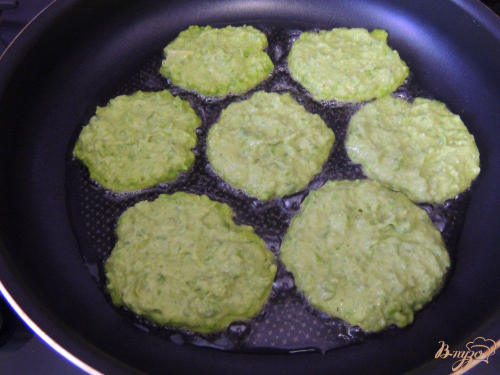Фото приготовление рецепта: Оладьи из зелёного горошка шаг №5