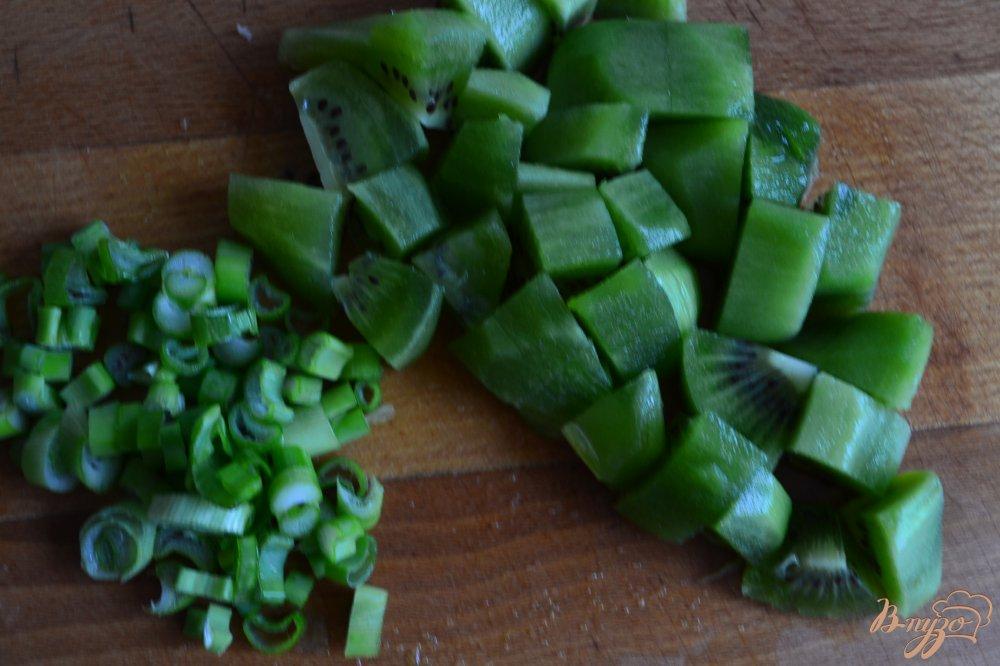 Фото приготовление рецепта: Салат с копченой курицей и киви шаг №2