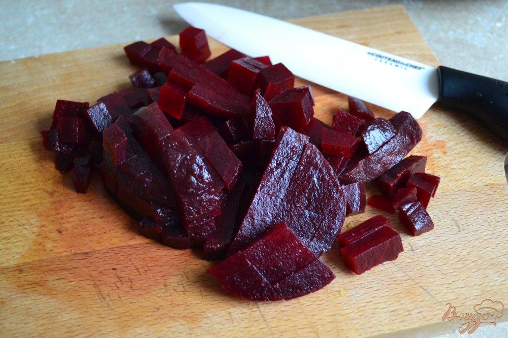 Фото приготовление рецепта: Салат со свеклой, манго и креветками шаг №2