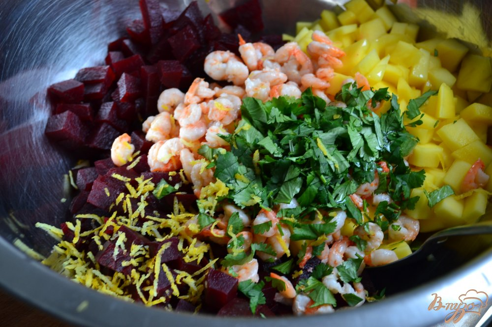 Фото приготовление рецепта: Салат со свеклой, манго и креветками шаг №4