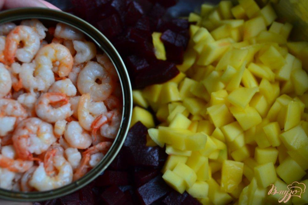 Фото приготовление рецепта: Салат со свеклой, манго и креветками шаг №3