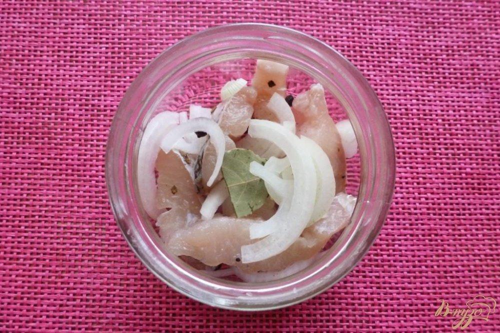 Фото приготовление рецепта: Маринованная щука по-домашнему шаг №3