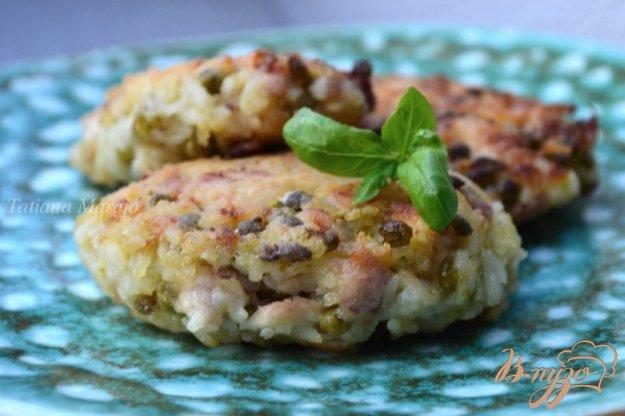 фото рецепта: Рисовые котлеты с копченой курицей и горошком