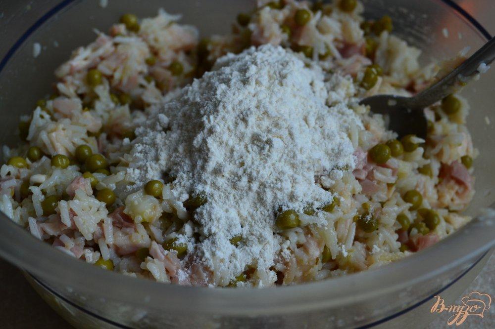 Фото приготовление рецепта: Рисовые котлеты с копченой курицей и горошком шаг №4