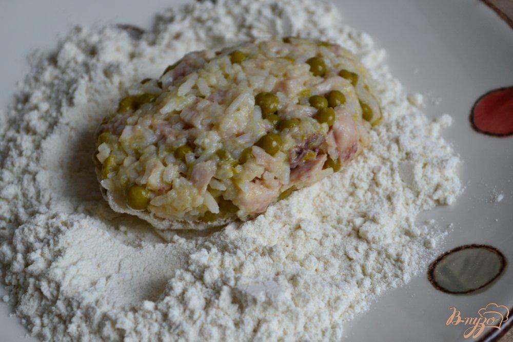 Фото приготовление рецепта: Рисовые котлеты с копченой курицей и горошком шаг №5