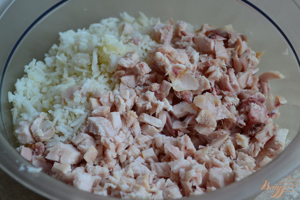 Фото приготовление рецепта: Рисовые котлеты с копченой курицей и горошком шаг №2