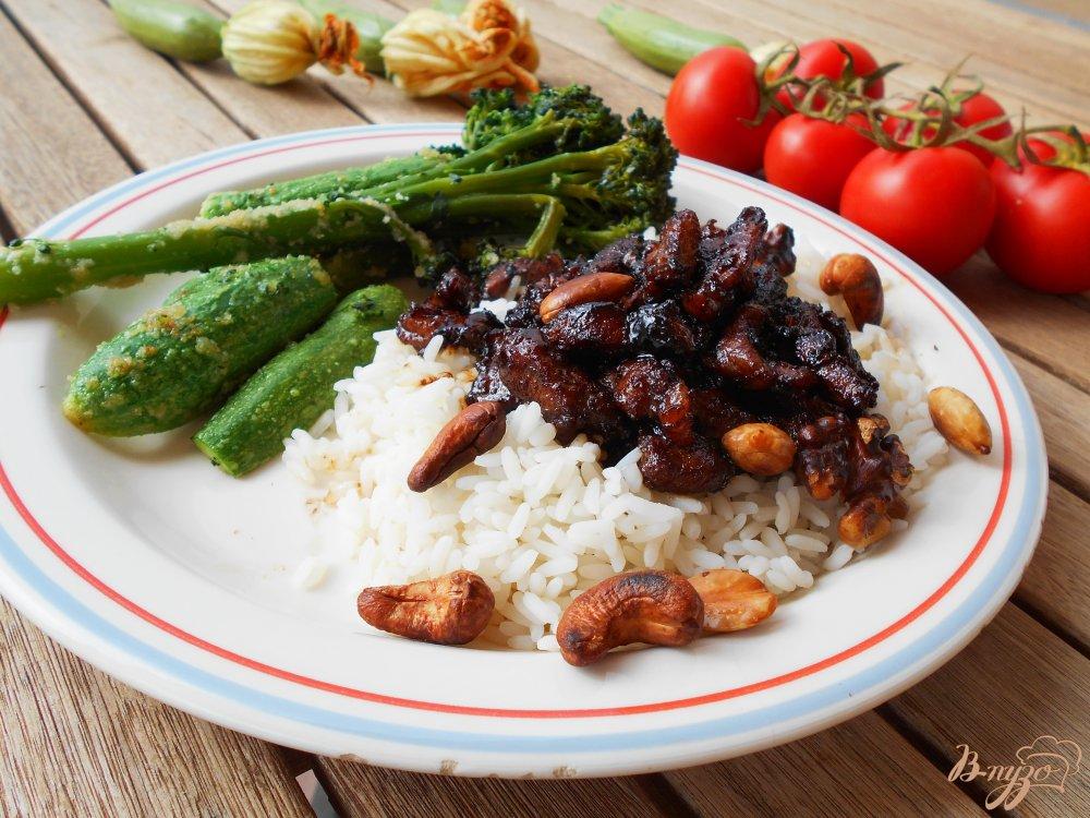 Фото приготовление рецепта: Свинина по-китайски с ореховой смесью в воке шаг №8