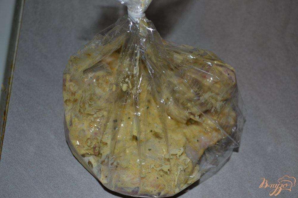 Фото приготовление рецепта: Куриные голени в рукаве с итальянскими травами шаг №6