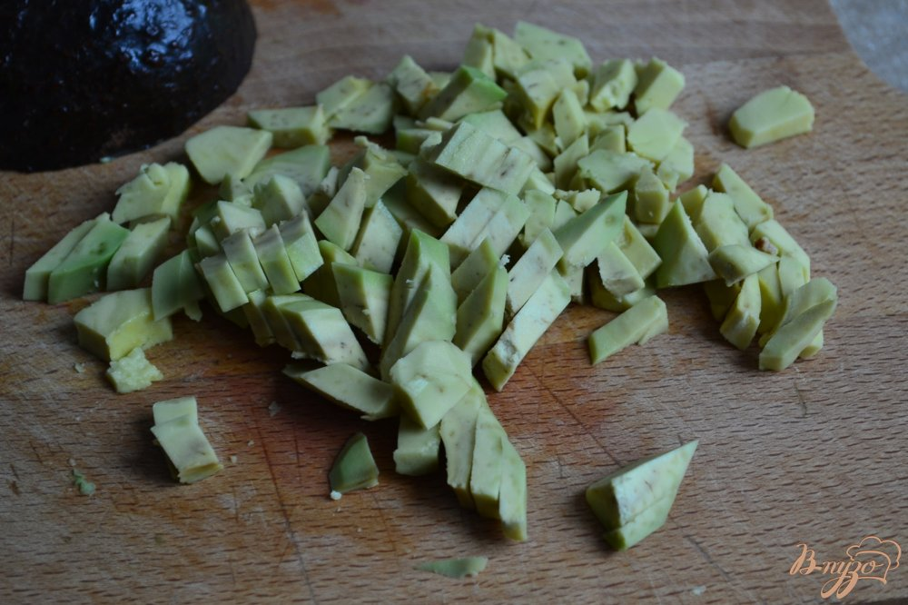Фото приготовление рецепта: Салат с крупой, авокадо и клубникой шаг №3