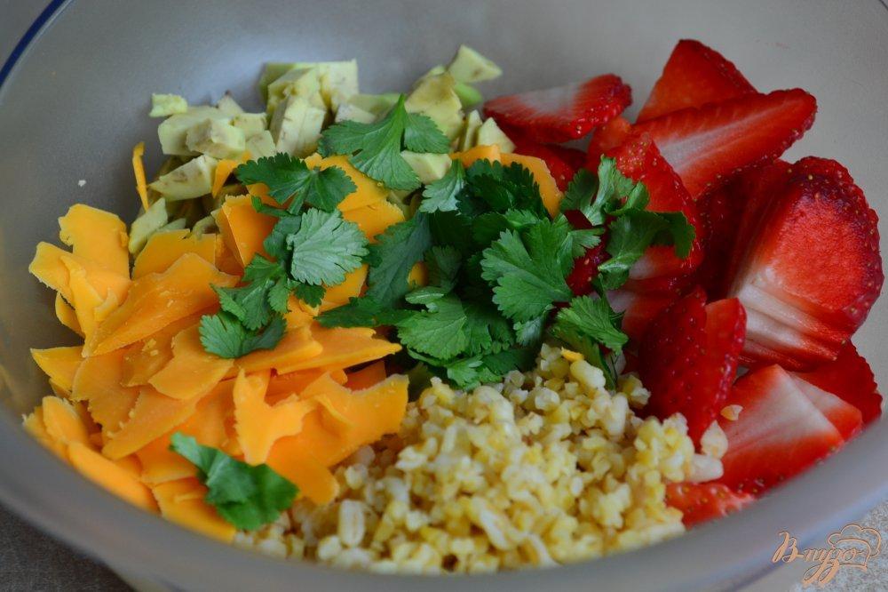 Фото приготовление рецепта: Салат с крупой, авокадо и клубникой шаг №5