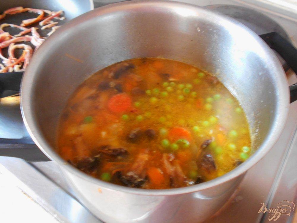 Фото приготовление рецепта: Суп с овсяными хлопьями и зеленым горошком шаг №4