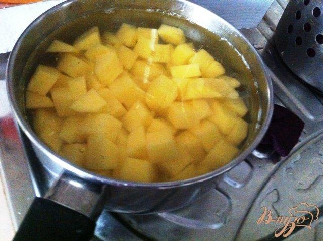 Фото приготовление рецепта: Гороховый суп с копчеными ребрышками шаг №4