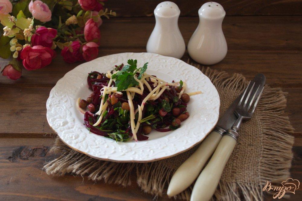 Фото приготовление рецепта: Свекольный салат с сыром без майонеза шаг №6