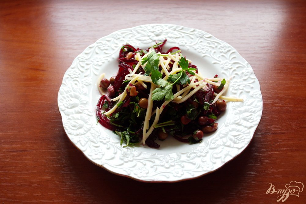 Фото приготовление рецепта: Свекольный салат с сыром без майонеза шаг №5