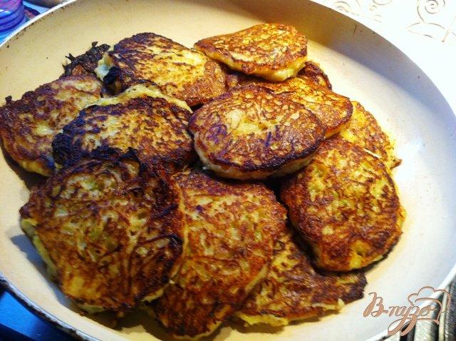 Фото приготовление рецепта: Картофельно-кабачковые оладьи шаг №8