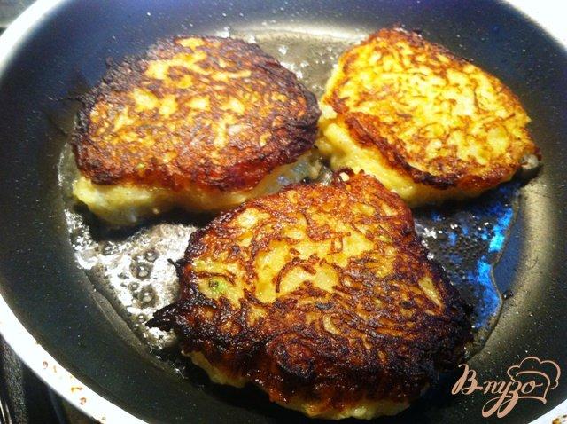 Фото приготовление рецепта: Картофельно-кабачковые оладьи шаг №7