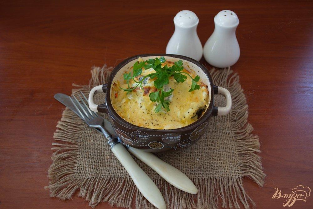 Фото приготовление рецепта: Минтай под сметаной и сыром в духовке шаг №6