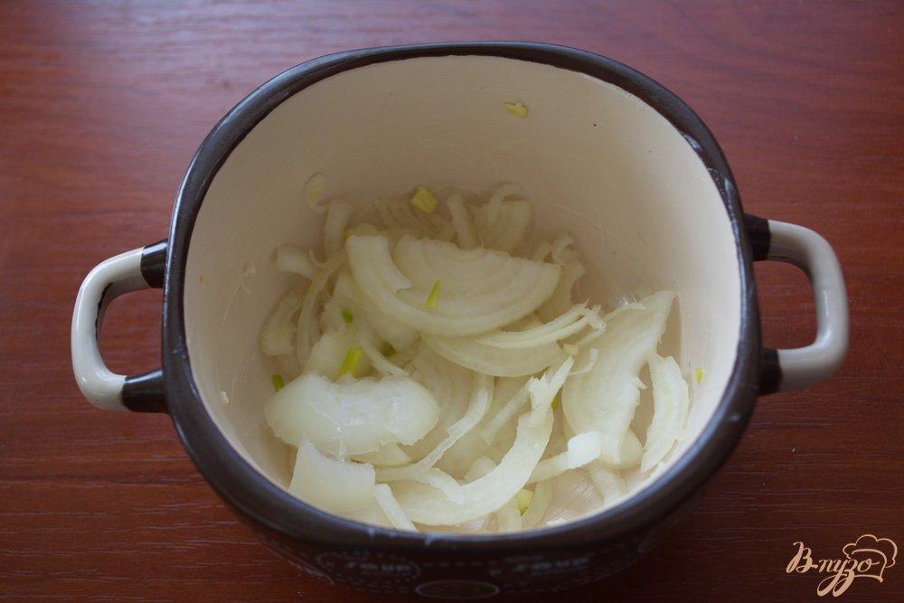 Фото приготовление рецепта: Минтай под сметаной и сыром в духовке шаг №2