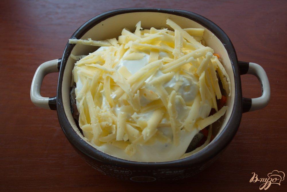 Фото приготовление рецепта: Минтай под сметаной и сыром в духовке шаг №5