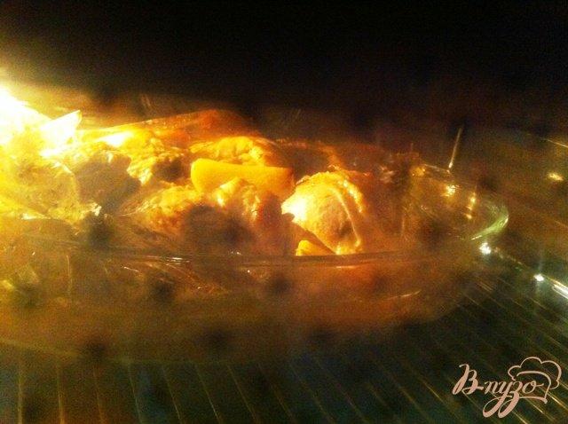 Фото приготовление рецепта: Куриные бедра в горчичном маринаде запеченные  с картофелем шаг №7