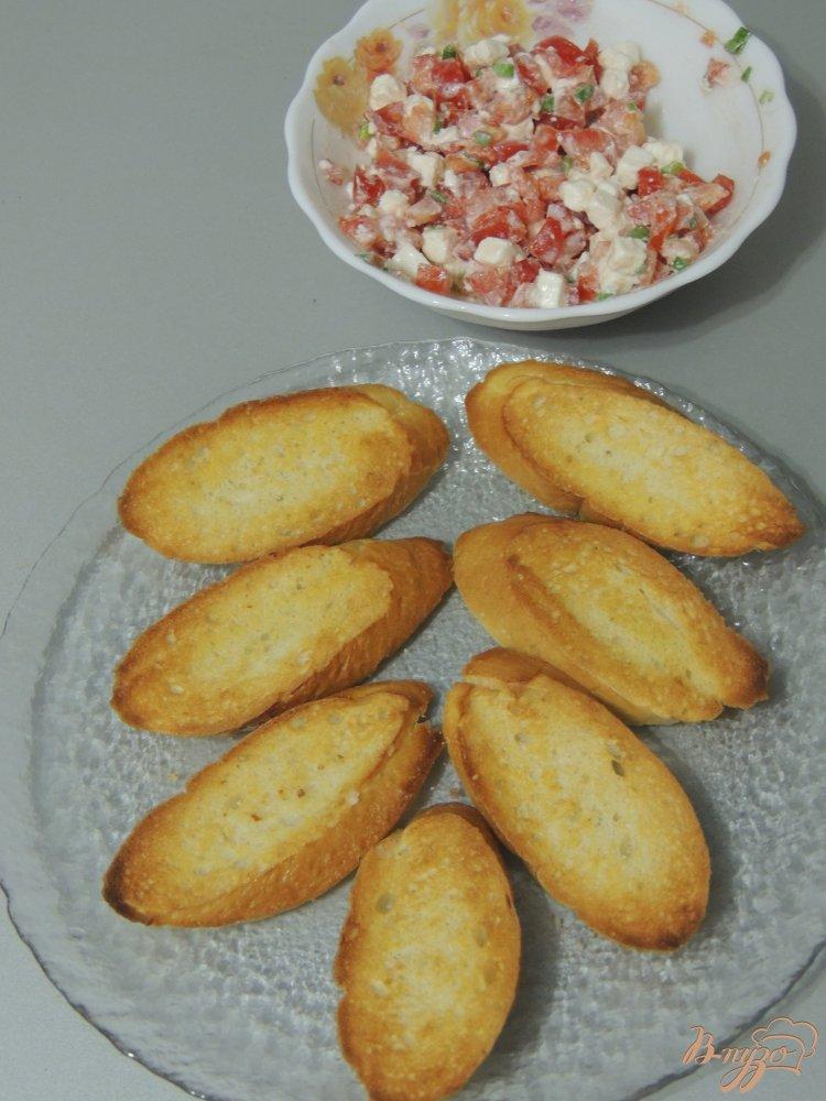 Фото приготовление рецепта: Кростини с помидором и сыром шаг №4