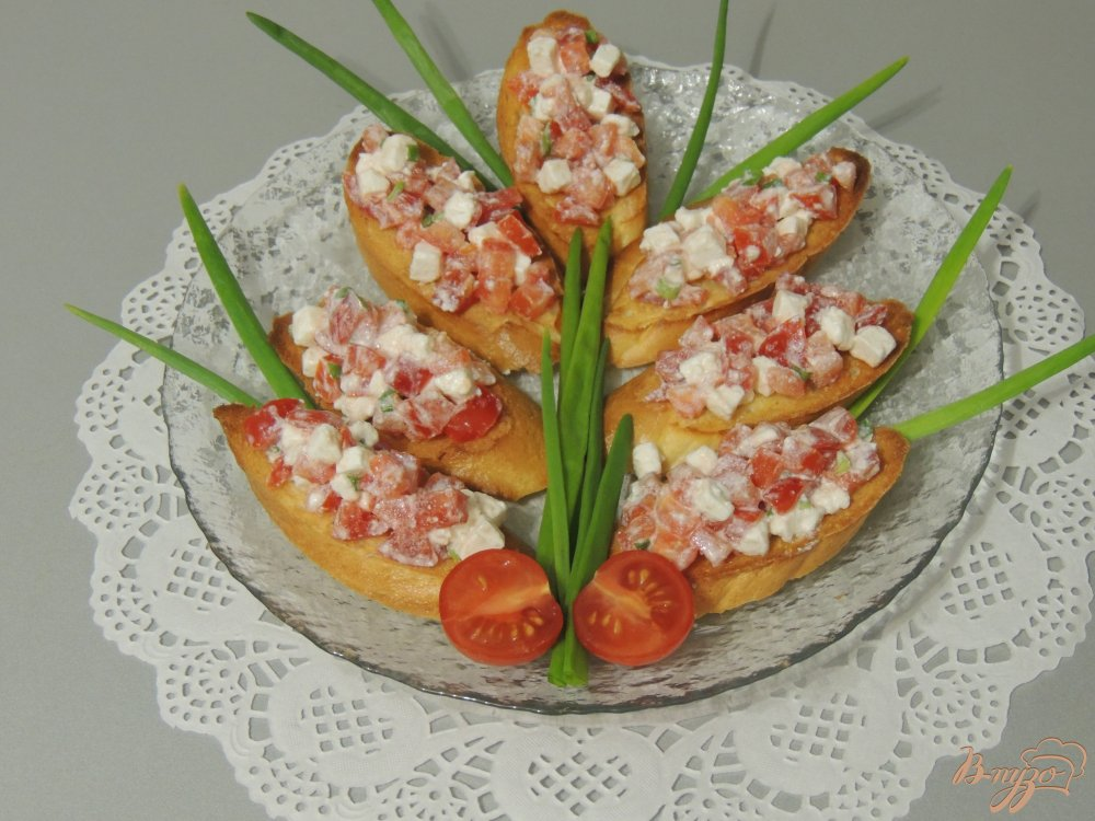 Фото приготовление рецепта: Кростини с помидором и сыром шаг №5