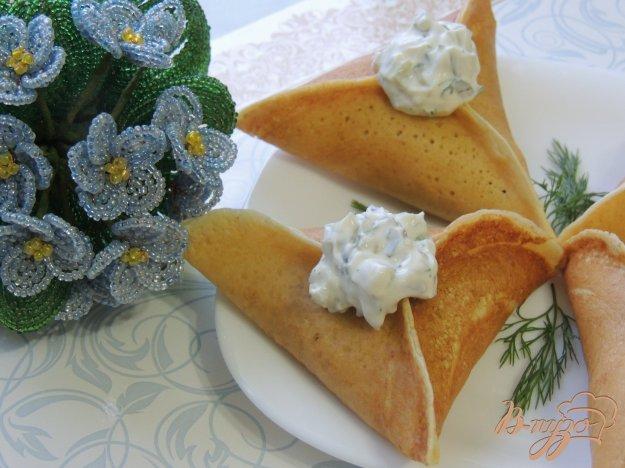 фото рецепта: Треуголки блинные с курино-грибной начинкой и соусом