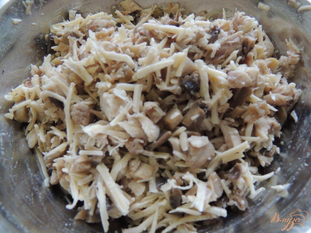 Фото приготовление рецепта: Треуголки блинные с курино-грибной начинкой и соусом шаг №3