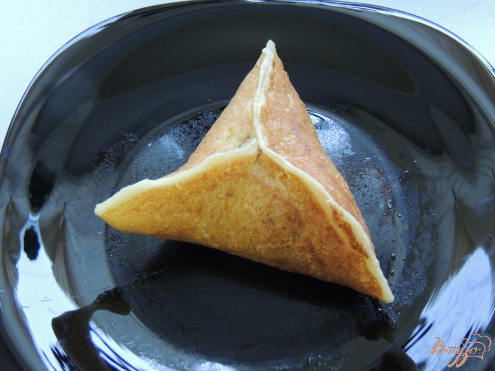 Фото приготовление рецепта: Треуголки блинные с курино-грибной начинкой и соусом шаг №6