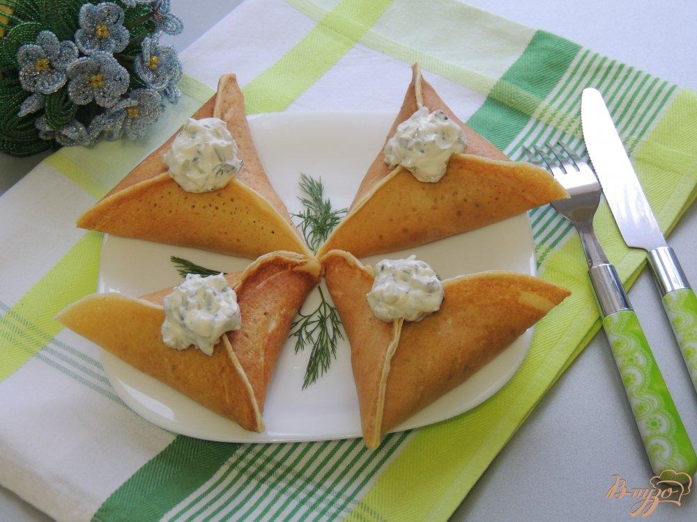 Фото приготовление рецепта: Треуголки блинные с курино-грибной начинкой и соусом шаг №9