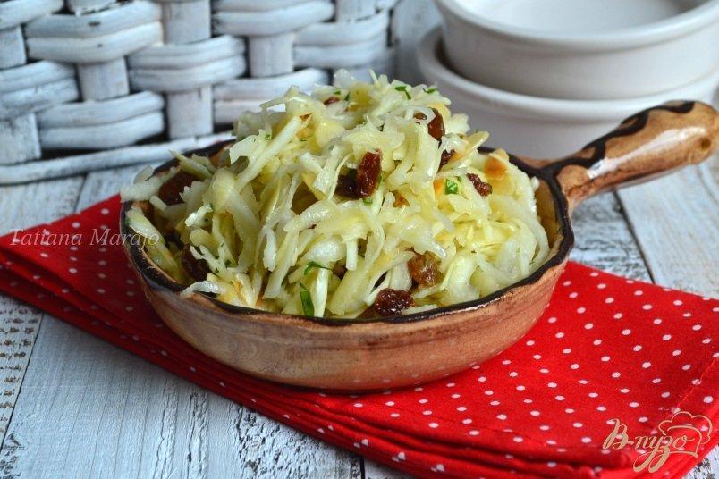 Фото приготовление рецепта: Капустный салат с черной редькой и яблоком шаг №6