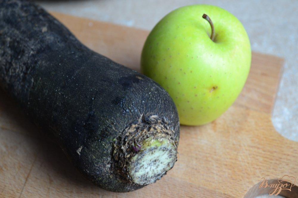 Фото приготовление рецепта: Капустный салат с черной редькой и яблоком шаг №2