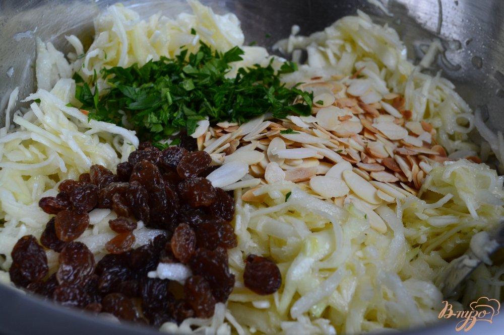 Фото приготовление рецепта: Капустный салат с черной редькой и яблоком шаг №5