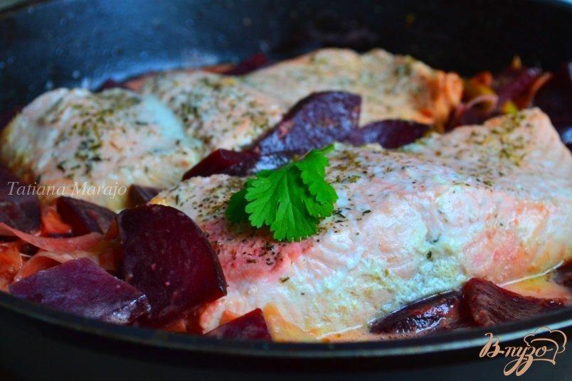 Фото приготовление рецепта: Филе лосося со свеклой и пореем шаг №5