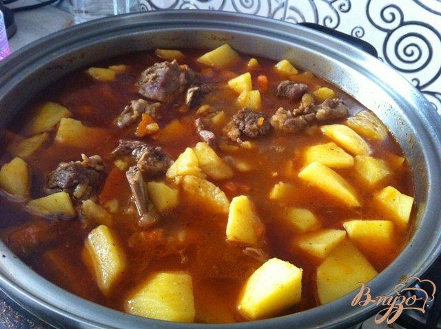 Фото приготовление рецепта: Ребрышки свиные с картофелем шаг №10