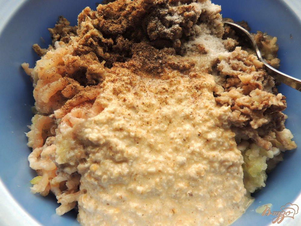 Фото приготовление рецепта: Куриные котлеты с грибами и овсянкой шаг №4