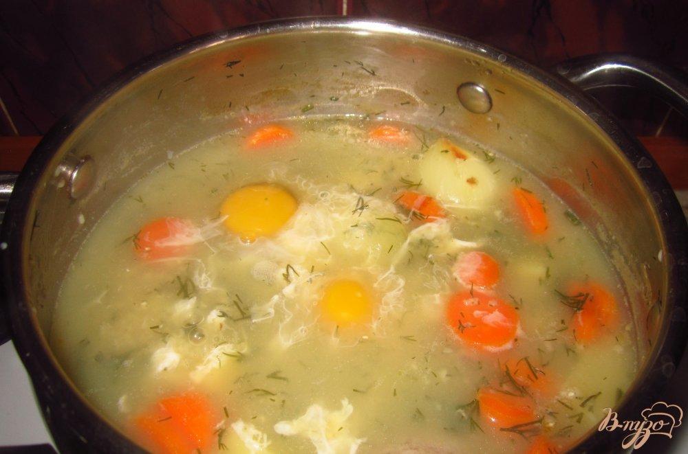 Фото приготовление рецепта: Суп с яйцом и зеленью шаг №4