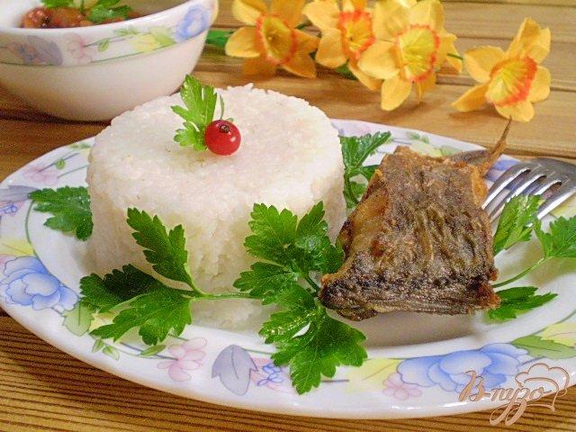 Фото приготовление рецепта: Жареная рыба с рисом шаг №7