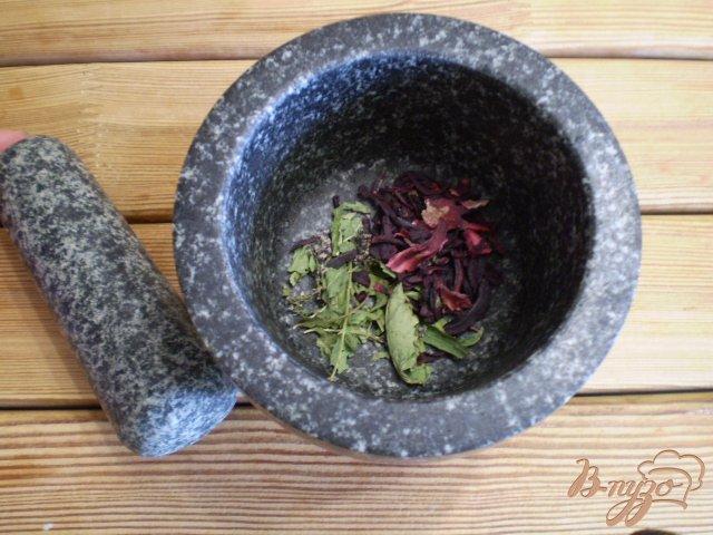 Фото приготовление рецепта: Чай из каркаде и мяты шаг №2