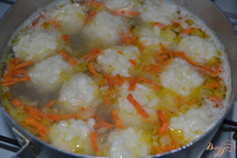 Фото приготовление рецепта: Суп с фрикаделями из риса и курицы шаг №11