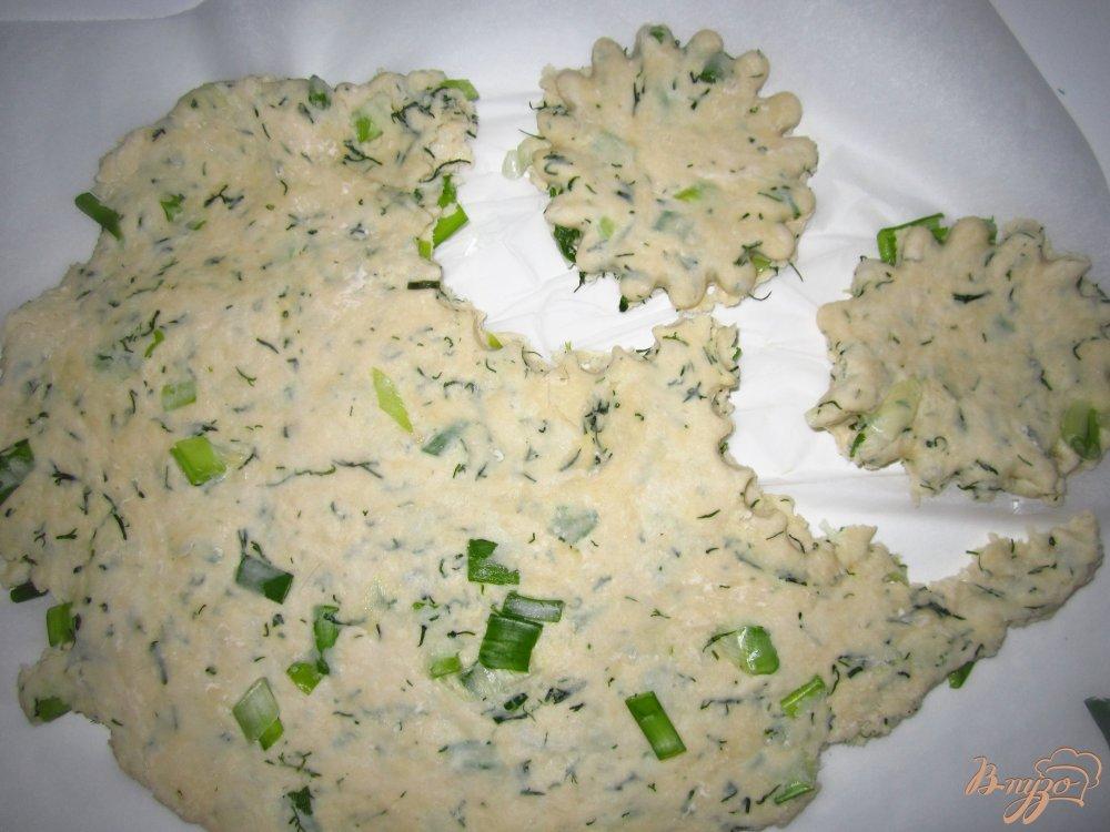 Фото приготовление рецепта: Коржики с зеленью шаг №4