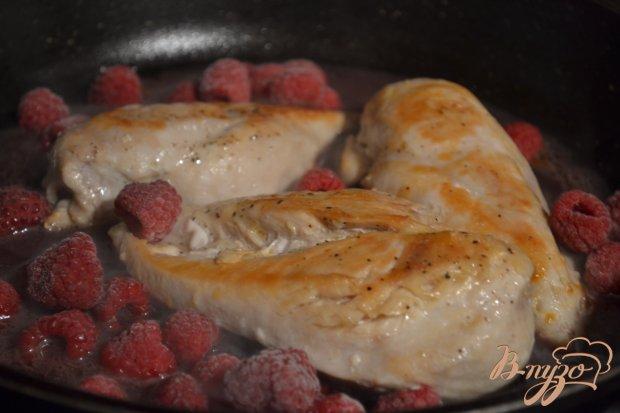 Куриные грудки в соусе из красного вина с малиной
